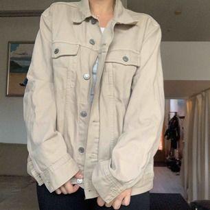 Biege jeansjacka från H&M i storlek L. Jag har använt den som oversize, skitsnyggt!☺️ Tyvärr kommer den inte till använding. Den är använt några fåtal gånger men är i toppskick🙌🏽 Frakt tillkommer!