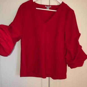 """Superfin blus/tröja med lite """"puffiga"""" 3/4 ärmar som inte kommer till användning längre :( ingen frakt!!"""