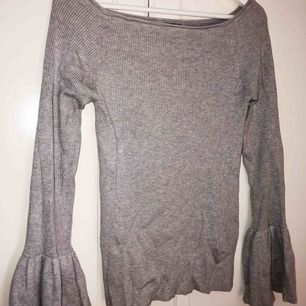 Jätteskön tröja i lite halv offshoulder modell, hela tröjan är superstretchig vilket gör att den kan passa typ alla storlekar S-L! Använd men inget som märks på kvaliten! Ingen frakt! 🍀