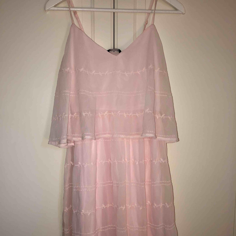 Supersöt klänning inköpt för typ 7 år sedan till en skolavslutning, använd typ två gånger sen dess! väldigt stretchigt och skönt material! Ingen frakt!!. Klänningar.