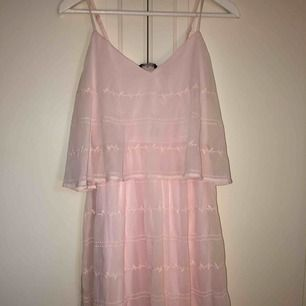 Supersöt klänning inköpt för typ 7 år sedan till en skolavslutning, använd typ två gånger sen dess! väldigt stretchigt och skönt material! Ingen frakt!!