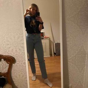 Ett par ljusblå mom jeans. passar till allt! det bästa med dessa är längden för de som vill ha tall model<33 (jag är 176)