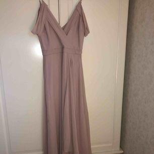 SUPERFIN klänning som är omöjlig att göra rättvis på bild. På mig som är 170 är den perfekt till låga skor och har som ett litet släp! Köpt till en studentbal men blev en annan klänning så aldrig använd! Ingen frakt!! 🦑