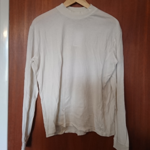 Supermjuk oanvänd tröja från & other stories, med prislapp kvar. Märkt storlek 42. Möts upp i Stockholm eller köparen betalar frakten!✨