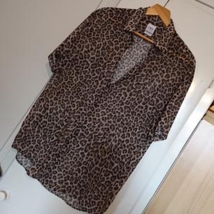 Lätt transparent kortärmad skjorta från Zara herr, storlek XL. Som ny! Möter upp i Stockholm eller köparen betalar frakten✨