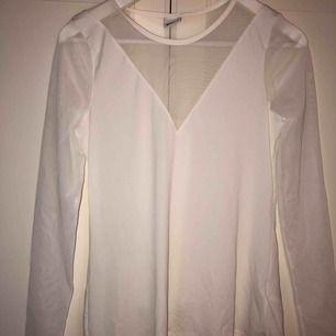 Blus/topp/tröja med mesh detaljer. köpt för många år sedan, aldrig kommit till användning :( skitsnygg dock så den förtjänar en ny chans!! Ingen frakt 🤪