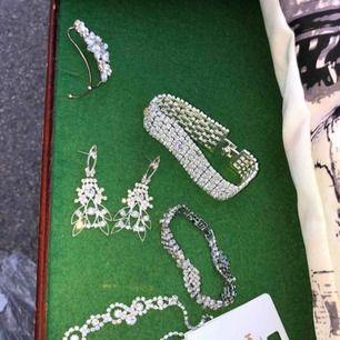 """Säljer massa olika diamant smycken. Allt förutom halsbandet kostar 30kr/st. Halsbandet kostar 50kr. Två armband, ena har en """"flätad"""" design som man ser på bild. Ett par örhängen och sista längst upp är en earcuff. Köpte allt nyligen."""