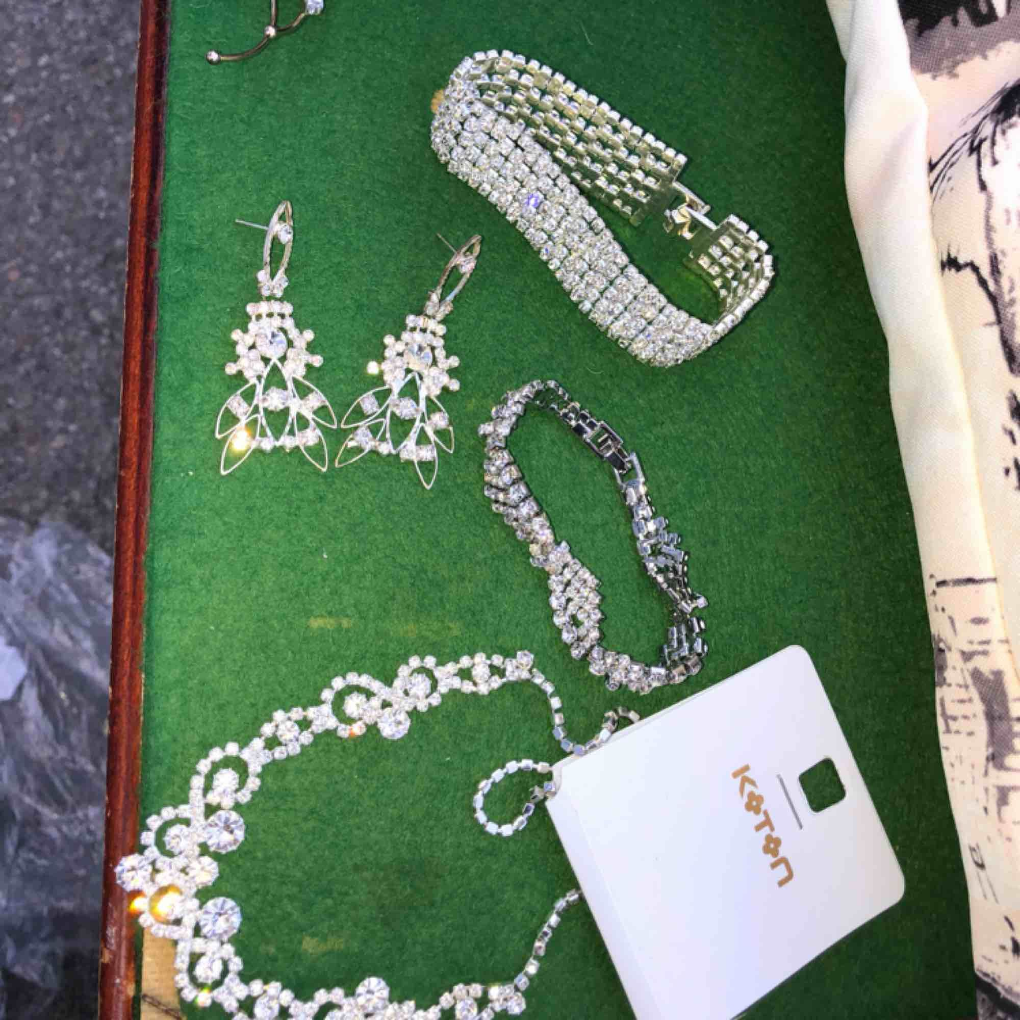 """Säljer massa olika diamant smycken. Allt förutom halsbandet kostar 30kr/st. Halsbandet kostar 50kr. Två armband, ena har en """"flätad"""" design som man ser på bild. Ett par örhängen och sista längst upp är en earcuff. Köpte allt nyligen.. Accessoarer."""