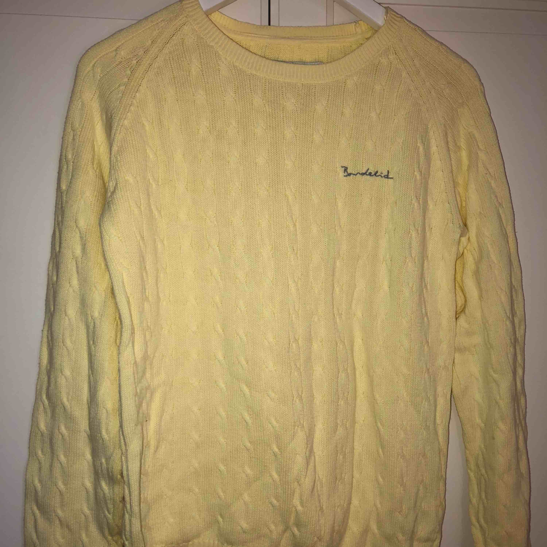 Klassisk ribbad tröja från bondelid! Färgen är mer som andra bilden i verkligheten. Använd kanske tre gånger så finns nog inga täcken på användning! Mjuk och skön, funkar året om! Ingen frakt! . Tröjor & Koftor.