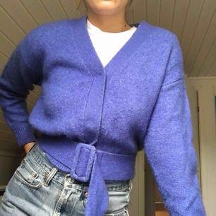Fin stickad tröja från Envii som knäpps med 3 stora tryckknappar och skärp! skärpet går dock att ta bort helt om så önskas🌻 Extraknapp finns! Inte alls stickig, går att ha utan något under! Frakt 63kr🌻