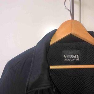 Vintage fodrad kappa från Versace. Har XS/S i storlek och det funkar jättebra men passar säkert för de som har större storlek oxkså