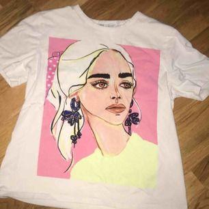 T-shirt från zara med neon färger. Bra skick använd ca 2-3 ggr💕 Storlek S.