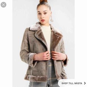 !INTRESSEKOLL! 🤩 Säljer eventuellt denna skitsnygga, gosiga och varma jacka från TopShop. Köptes för 1050kr och är endast använd EN gång. Pris kan kanske diskuteras, +frakt är ni intresserade ?