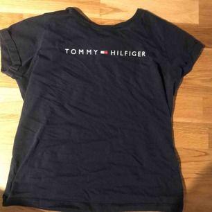 Tommy hilfinger tröja i färgen marin blå. Storlek XS😊 Använd vid två tillfällen, super bra skick.
