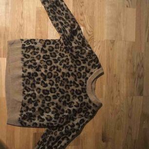 Leo tröja från H&M 🐆 Storlek S Aldrig använd!!😃 Super fint skick. Säljs pga passar ej i den💕 (Super skön)