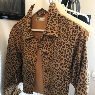 Skitcool croppad jeansjacka i leopardmönster!  Använd typ tre gånger och är därför i väldigt bra skick👍🏼 + frakt