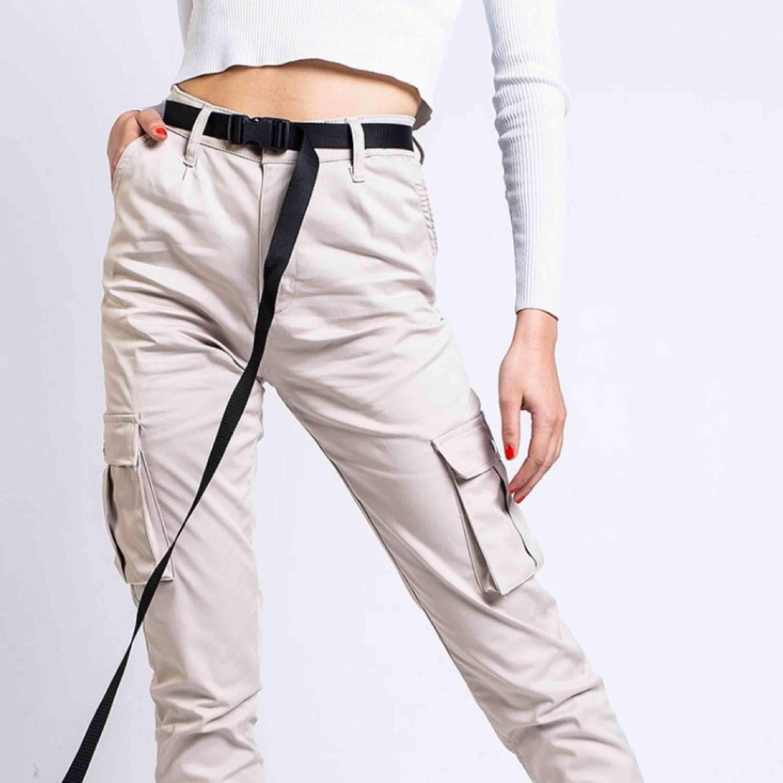 Säljer madladys cargopants i beige! Storlek Xs men passar även s!. Jeans & Byxor.
