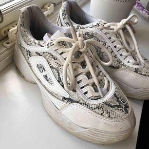 Dessa skor älskade jag och använde i tre månader ungefär. Detta är storlek 36, men är lite små i storleken! Jag var hos skomakaren med dem och töjde ut. Kommer tvättas innan de skickas. +frakt