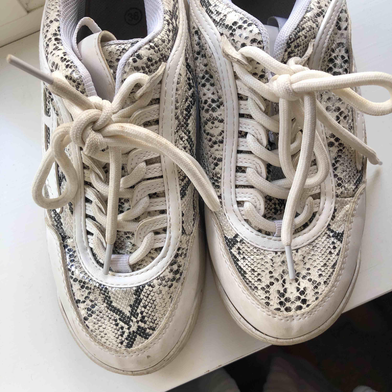 Dessa skor älskade jag och använde i tre månader ungefär. Detta är storlek 36, men är lite små i storleken! Jag var hos skomakaren med dem och töjde ut. Kommer tvättas innan de skickas. +frakt. Skor.