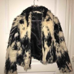 En super snygg fakepäls jacka från topshop!😍 kan mötas upp i Örebro eller frakta, men då står köparen för den!😊