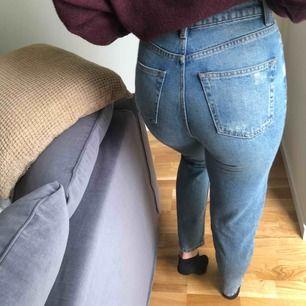 Mom jeans från topshop. Mina favoriter länge, därav använda men finns inga fel på dem! 🥰 tror det står L34 i dem men passar mig som är 1,73 cm(brukar ha L32).
