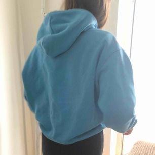Oversized blå hoodie från Weekday! Den perfekta passformen på hoodie enligt mig🦋