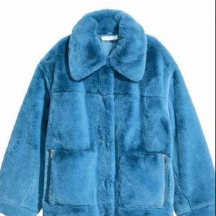 Blå pälsjacka från HM! Populär och slutsåld sedan länge🦋 perfekt skick, passar nog större storlekar också då den är lite oversized! 💙