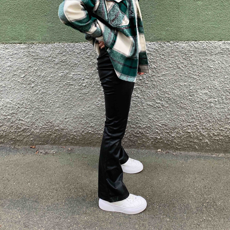 Skitnsygga skinnbrallor från Bikbok storlek S (det är jag på bild 2 från min instagram @funemo !) . Jeans & Byxor.