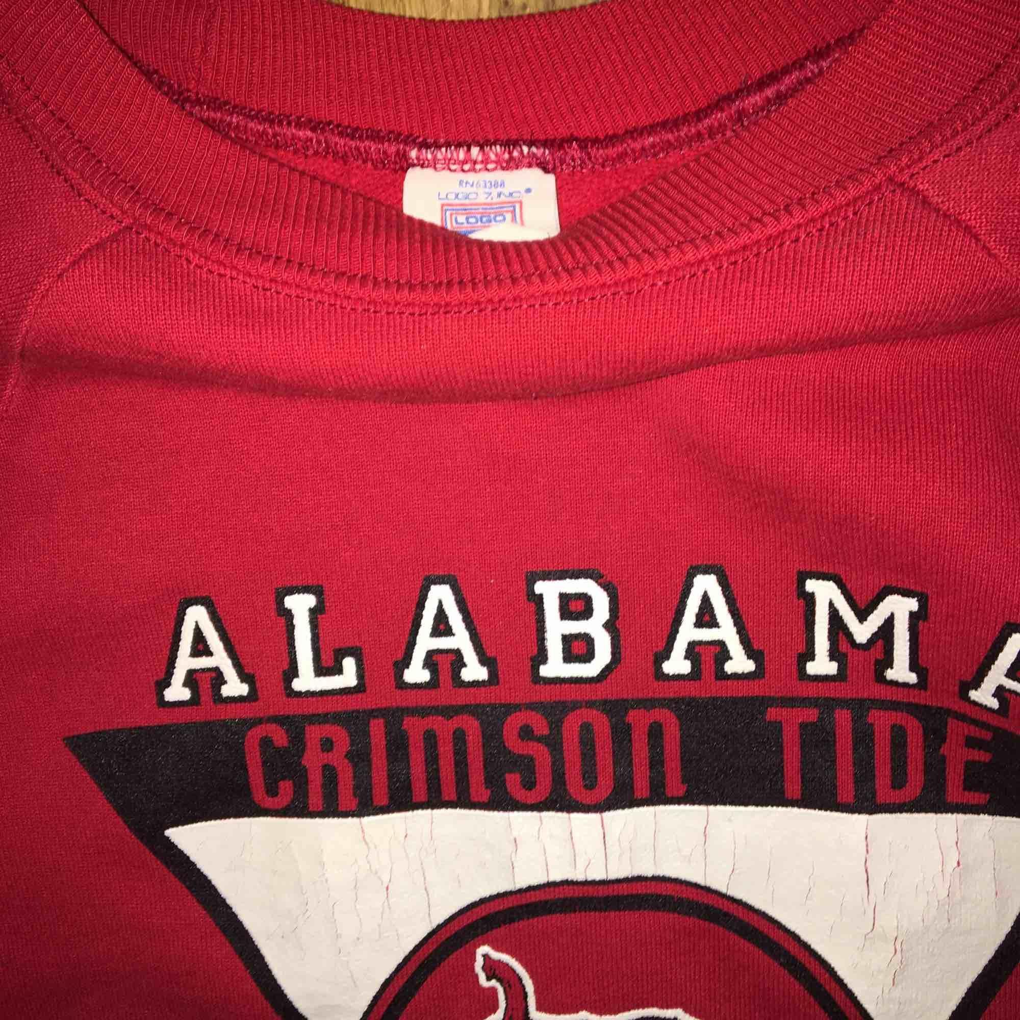 En röd vintage collegetröja i bra skick. Storleken står ej men den sitter som en M.. Huvtröjor & Träningströjor.