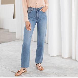 Super snygga jeans köpta ifrån &otherstories - nypris 800kr, sparsamt använda - inga slitningar alls.  De är croppade ner till vilket är sjukt snyggt, sitter jätte fint & bekvämt!  Jag kan gå ner i pris, kom med egna prisförslag.  Fraktar eller möts upp!