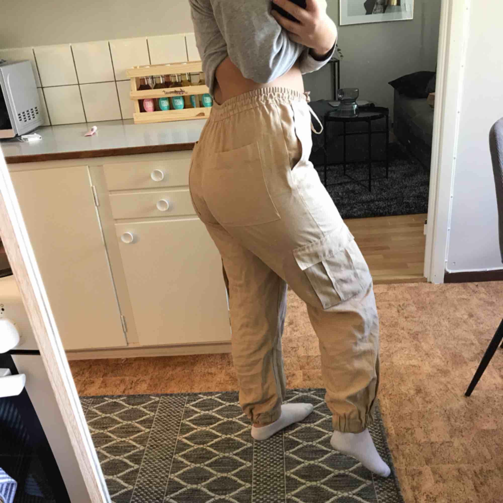 Oanvända cargobyxor från zara!!🥰. Jeans & Byxor.