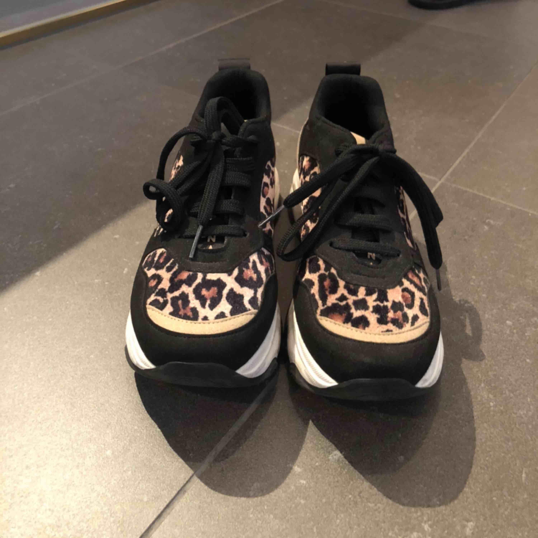 Ett par jättefina skor som knappt är använda ifrån Nelly i storlek 37. Köpta för 600kr och säljs för 200kr plus frakt. Skor.