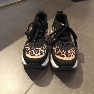 Ett par jättefina skor som knappt är använda ifrån Nelly i storlek 37. Köpta för 600kr och säljs för 200kr plus frakt