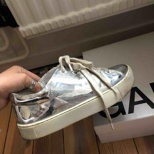 Silvriga skor!🐆🐆💐🌷💖har använt dem en del, men ej super mycket!👟👟👟