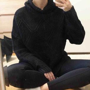 Svart mysig stickad tröja. Använd en gång så den är jättefin! Storlek M 150 kr