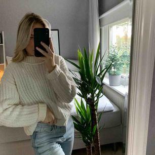 Vit stickad tröja från Gina Tricot, sparsamt använd! Köparen står för frakten på ca 65kr🥰