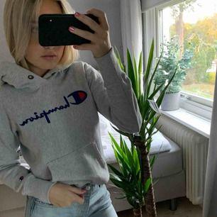 Äkta champion hoodie köpt för några månader sedan, då köpte jag den för ca 800 och har använt den ett fåtal gånger. Köparen står för frakten på ca 70kr