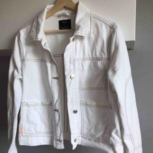 Vit jeans jacka från berska. Använd 1-2 gånger. Jätte bra skick.