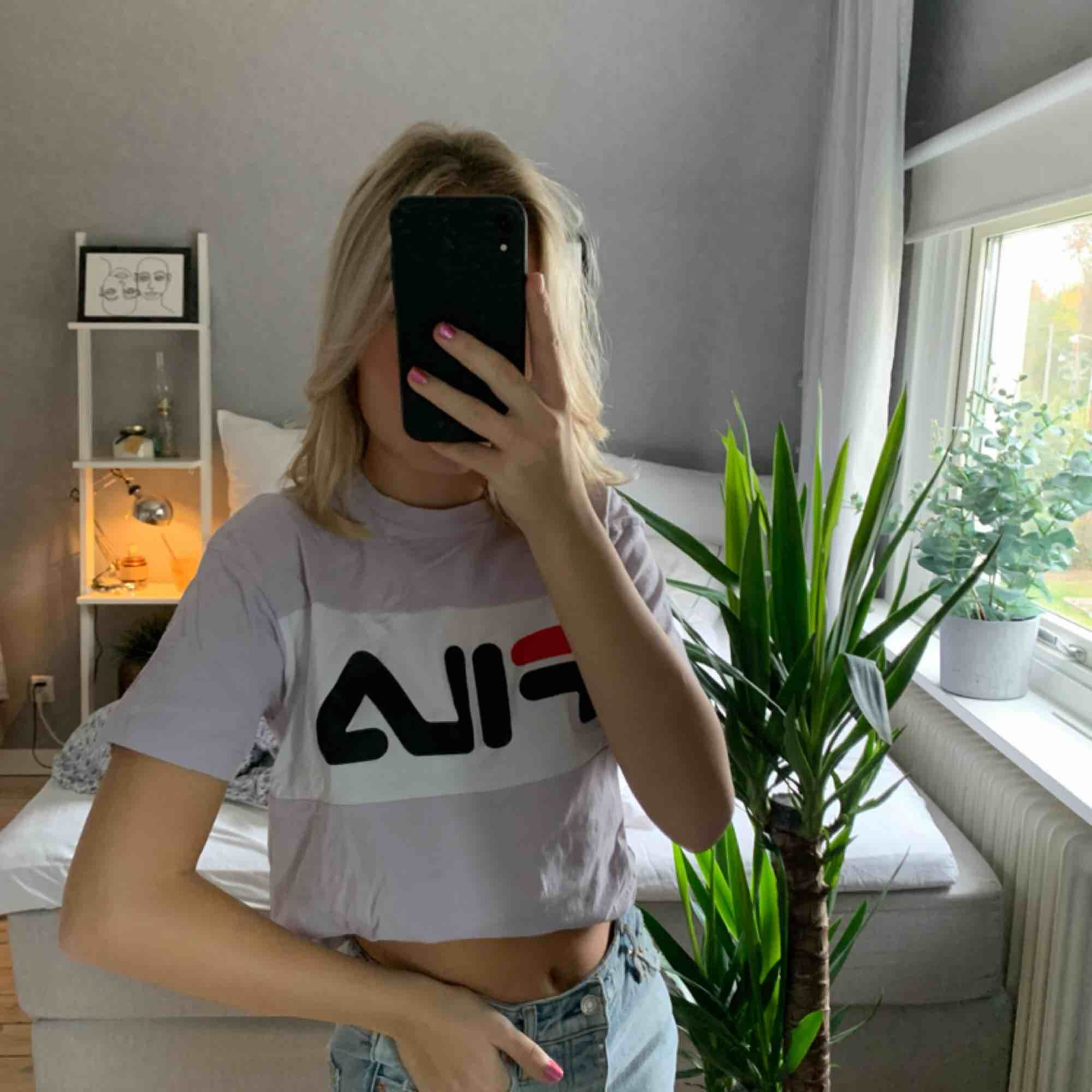 As cool top/ t-shirt från fila. Gott skick då den endast är använd fåtal gånger. Köparen står för frakten på ca 40kr❤️. T-shirts.