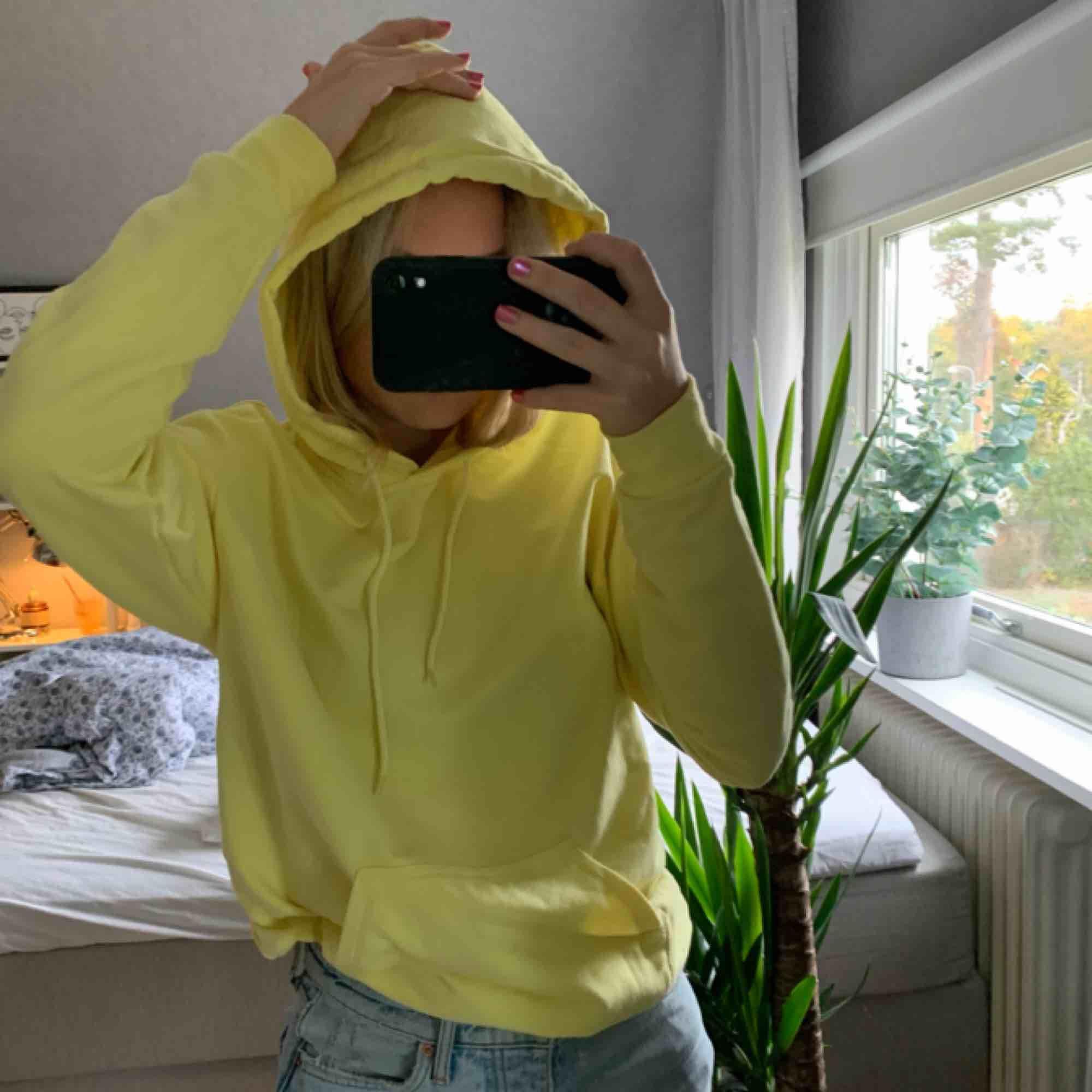 Säljer denna gula hoodie från carlings, knappt använd. Köparen står för frakten på ca 70kr🥰. Huvtröjor & Träningströjor.
