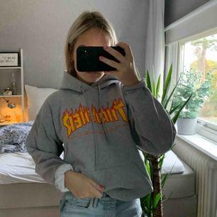 Säljer min favorit hoodie från trasher, köpt på affären Hollywood i Stockholm för lite mer än ett år sedan. Sparsamt använd. Köparen står för frakten på ca 100kr