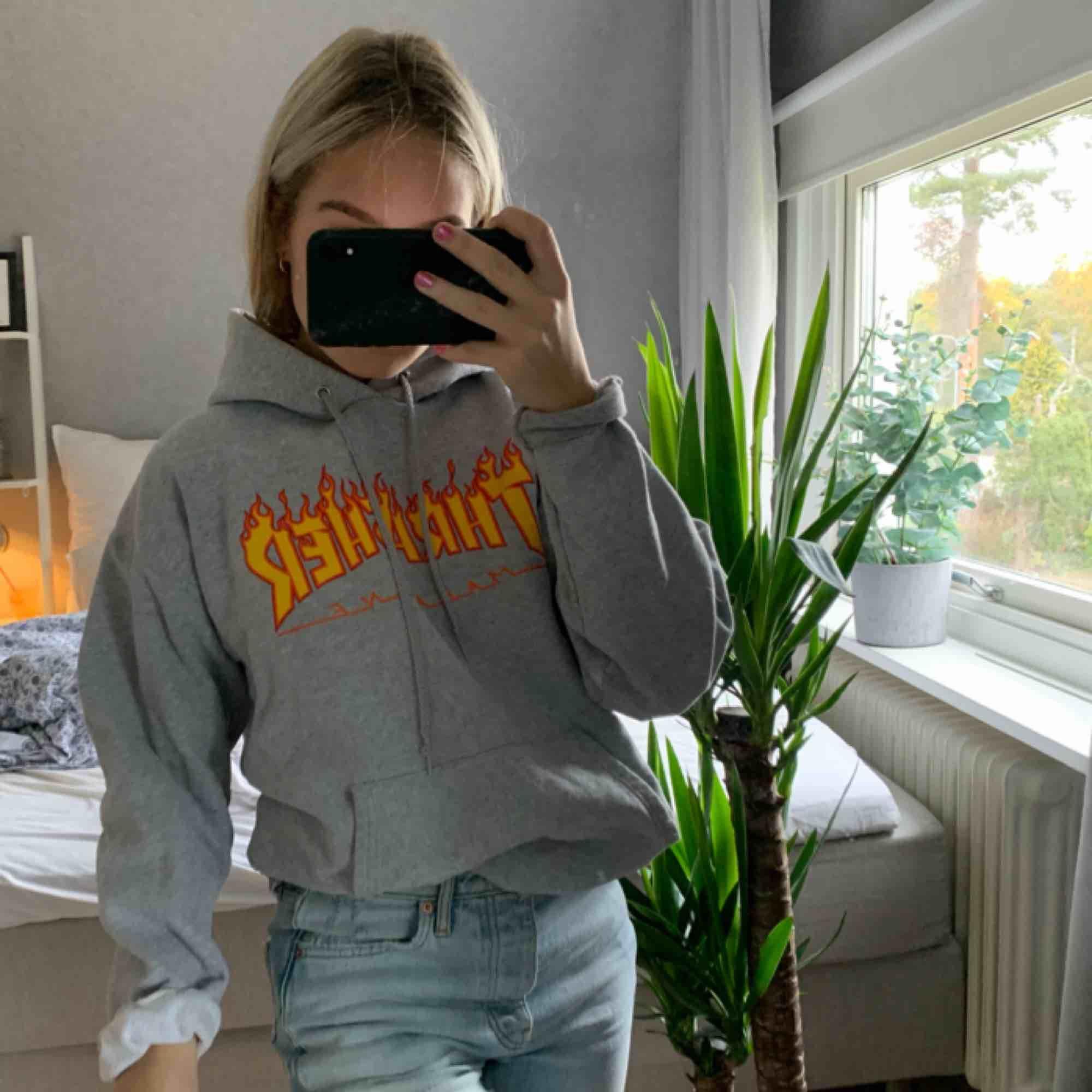 Säljer min favorit hoodie från trasher, köpt på affären Hollywood i Stockholm för lite mer än ett år sedan. Sparsamt använd. Köparen står för frakten på ca 100kr . Huvtröjor & Träningströjor.