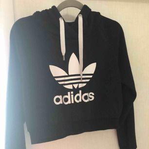 Crooped hoodie från Adidas i nyskick! Använd fåtal gånger! Nypris ca 400 kr. Köparen står för eventuell frakt. 🥰