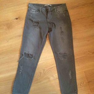 Militärgröna tajta jeans köpta second hand. Sitter snyggt på men har blivit för små för mig nu. Står size 28 men tycker de är mer en 26/27a.