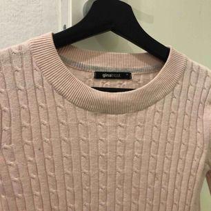 Säljer en superfin ljusrosa kabelstickad tröja ifrån Gina tricot💞💞har en supereliten fläck på vänster sida