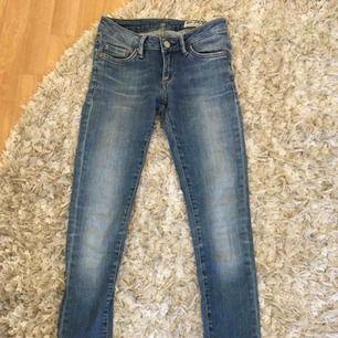 Säljer mina jeans från Crocker, som sitter rätt så tajt och är skinny! De är använda en säsong, så är i bra skick fortfarande 😊