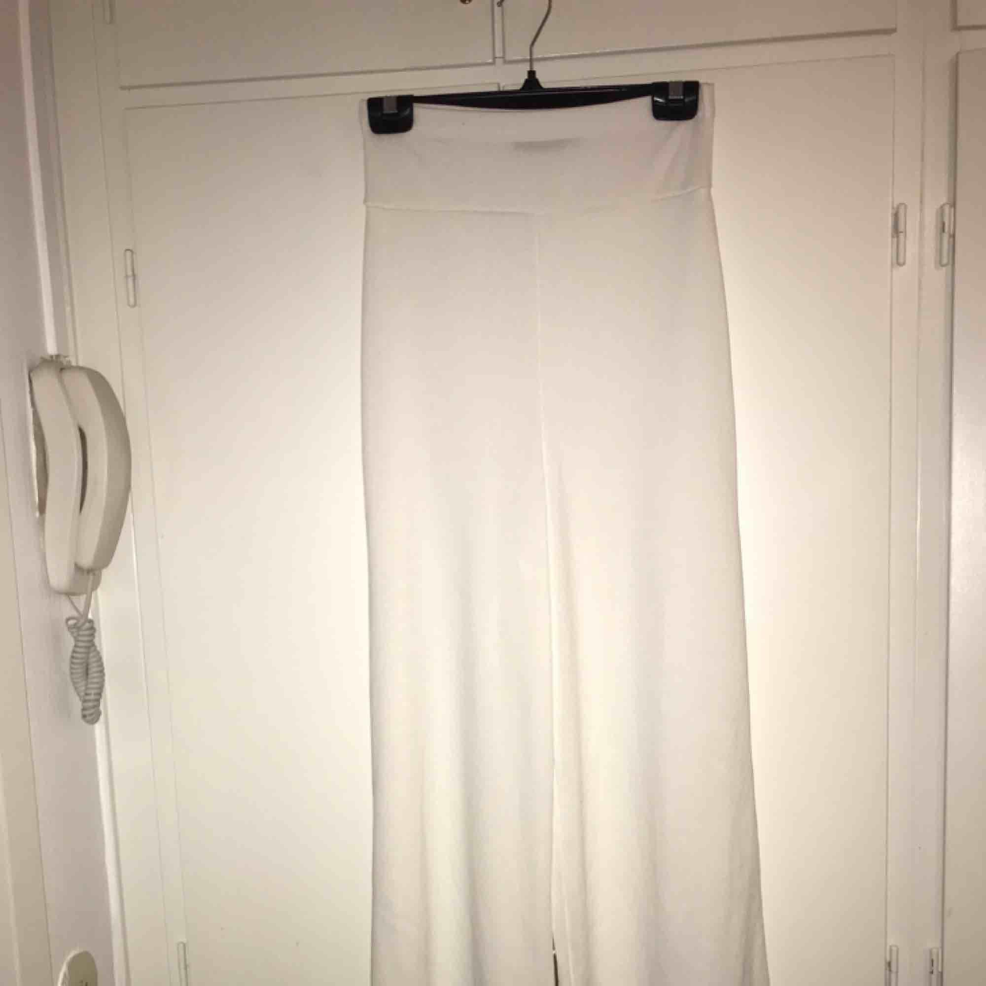 Väldigt högmidjade byxor, lite genomskinliga med.. Jeans & Byxor.