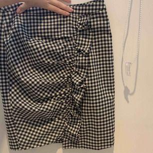Oanvänd kjol från nakd. Säljer den tyvärr pga att den inte passar mig längre. Frakt ingår i priset.