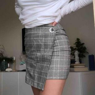 Superfin kjol från hm med ett rutigt mönster  Aldrig använd och den är ganska liten i storleken så skulle säga att den passar en xxs/xs   Kan mötas i linköping men annars står köparen för fraktkostnaden