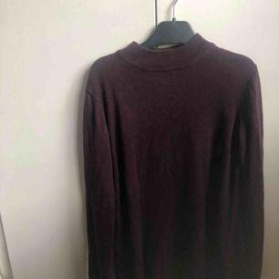 Jag säljer en av mina favvis-tröjor då den inte kommer till samma användning längre. Det är en flitigt använd vinröd turtle neck i mycket fint skick. Pris 80kr. Frakt tillkommer. Hör av dig om du har frågor💕